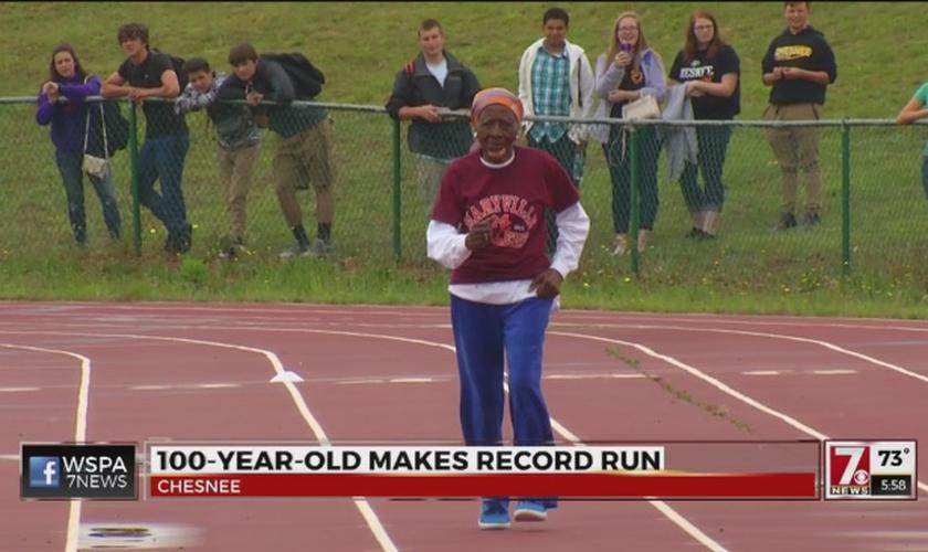 Ella Mae Colbert corre para quebrar o recorde dos 100 metros, no Alabama. (Imagem: WSPA News)
