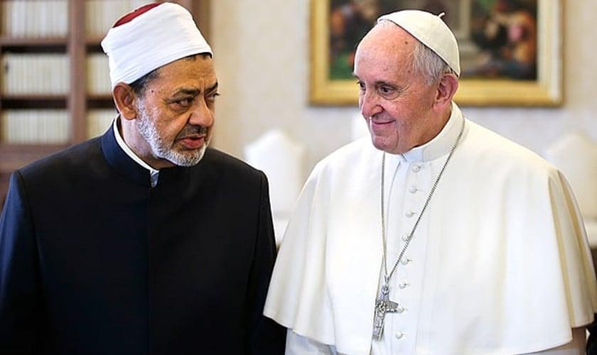 O papa Francisco recebeu o líder religioso da Mesquita de al-Azhar, Ahmed al-Tayeb, no Palácio Apostólico. (Foto: Max Rossi/Associated Press)