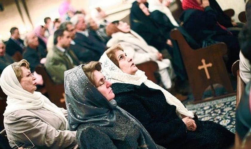 Cristãos participam de culto em igreja iraniana. (Foto: Asia News)