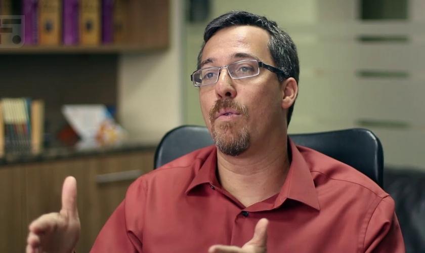 O líder da igreja comenta que tal questionamento levanta opiniões diferentes. (Foto: Reprodução / YouTube).