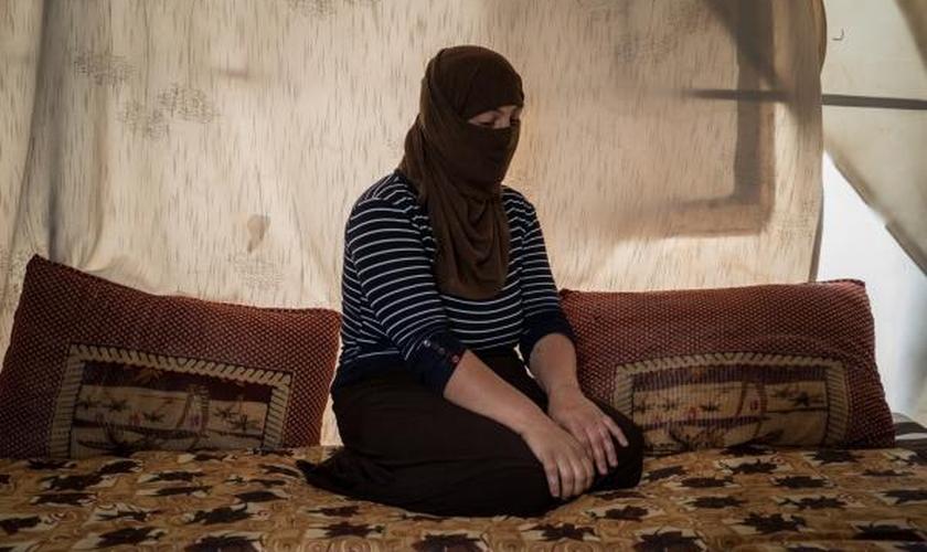 Foto de uma mulher foi postada recentemente por um dos combatentes do Estado Islâmico no Facebook, em forma de anúncio. (Foto: Washington Post)