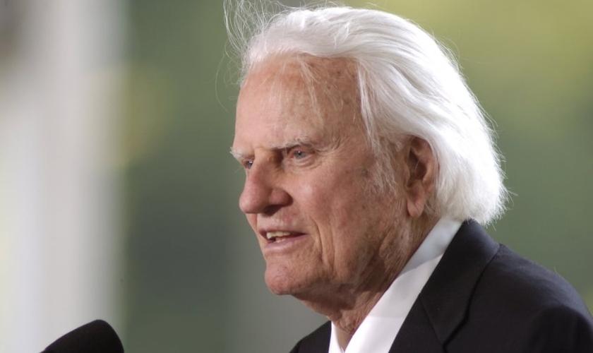 Billy Graham é um dos mais conhecidos evangelistas da atualidade. Aos 97 anos, o pastor continua escrevendo artigos e compartilhando do Evangelho com o apoio de sua equipe ministerial. (Foto: Christian Post)