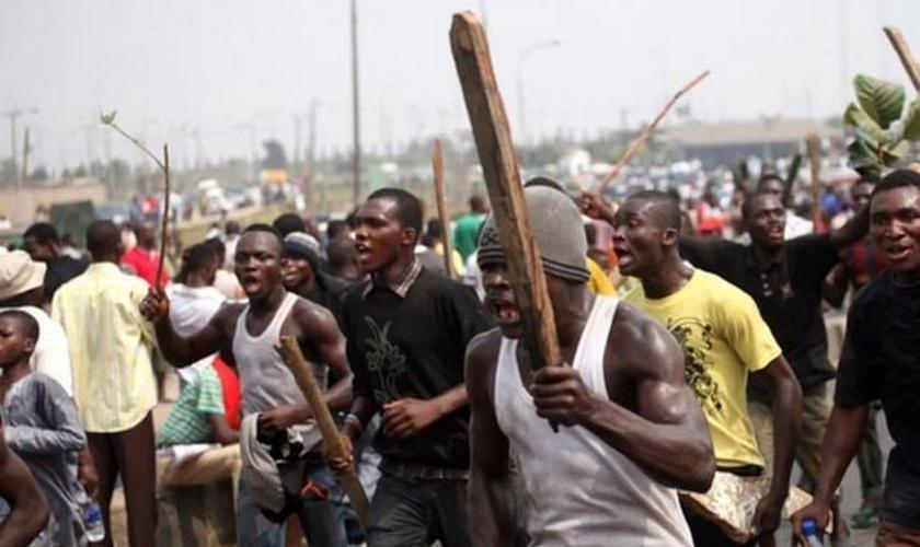 A violência se intensificou e outras três pessoas foram mortas, enquanto a multidão invadiu a cidade, queimou uma igreja e saqueou dezenas de lojas. (Foto: Reuters)