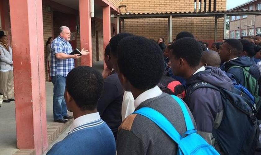 John continua frequentando as prisões, mas agora para falar do irresistível amor de Jesus Cristo. (Foto: Liverpool Echo/John Lawson)