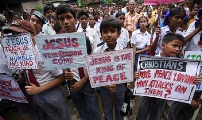 Estudantes escutam discurso de líder cristão, durante protesto em Calcutá, Índia (Foto: Reuters)