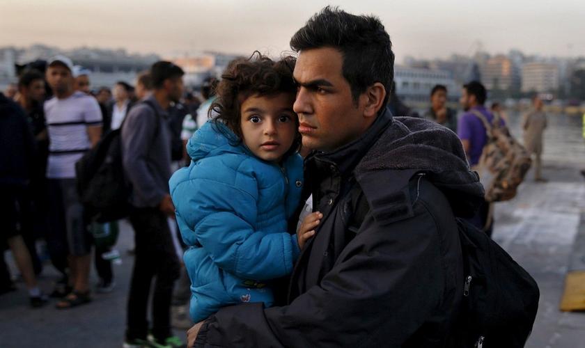 Refugiados sírios desembarcando no porto de Pireu, próximo à Atenas, na Grécia. (Foto: Reuters / Yannis Behrakis)