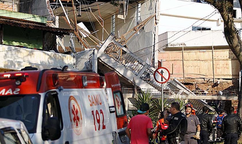 O imóvel da igreja Assembleia de Deus Madureira - Campo do Taboão passava por uma reforma e os bombeiros acreditam que estas obras possam ter abalado a estrutura do imóvel. (Foto: Folha de S. Paulo)