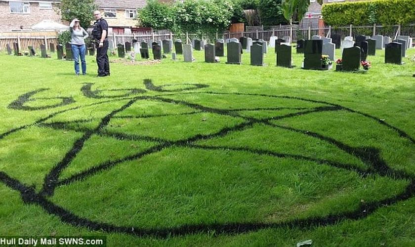 As 'figuras' foram pintadas com tinta a base de óleo, no gramado dentro do terreno da igreja, em East Yorkshire. (Foto: Daily Mail)
