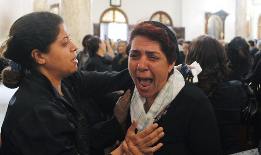 Cristã copta chora durante funeral de vítimas de um ataque no Cairo, em 2011. (Foto: Reuters)