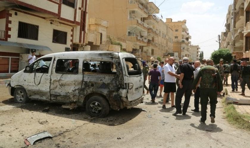 Um fotógrafo da AFP, que participou do evento, disse que ouviu a explosão e viu pedaços de carne caindo ao lado de carros danificados. (Foto: AFP)