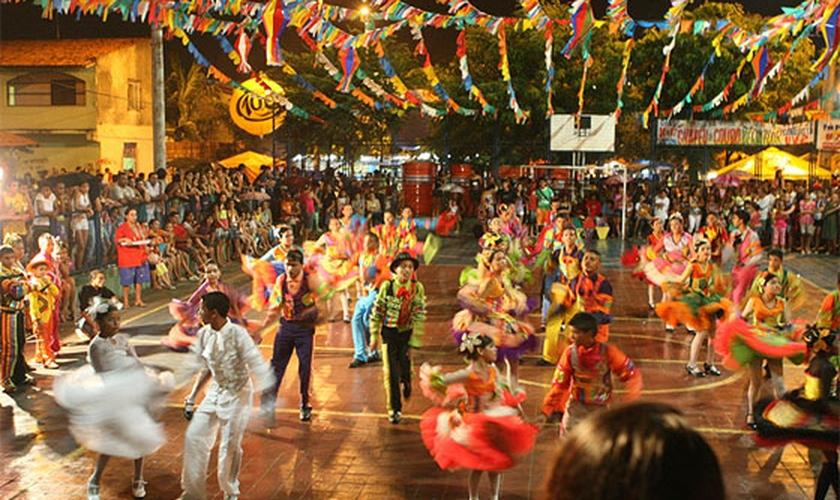 Quando a festa foi trazida ao Brasil por intermédio dos imigrantes portugueses, algumas mudanças aconteceram. A primeira delas e, talvez a mais importante, foi a absorção plena da festa junina pela população rural. (Foto: Superbrinquedos)
