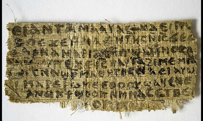 """Papiro que teria sido usado como prova do """"Evangelho da Esposa de Jesus"""" já foi apontado pela própria autora do artigo como uma peça falsa. (KAREN L. KING / Cortesia do canal SmithSonian"""