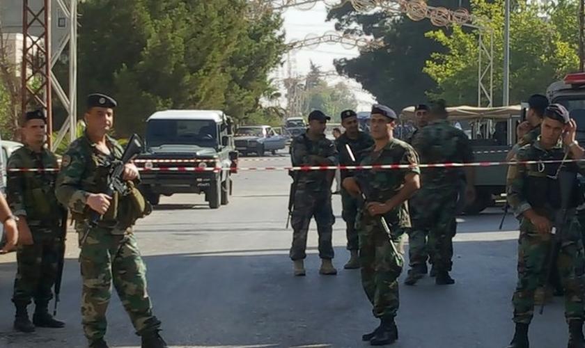 Exército libanês isola área no vilarejo cristão de Qaa, no vale de Bekaa, onde suicidas deixaram mortos e feridos. (Foto: Hassan Abdallah/Reuters)
