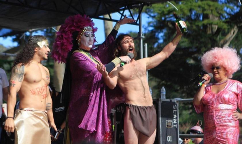 """Participantes do """"Hunky Jesus Contest"""" desfilam no palco semi-nus com adereços religiosos. (Foto: Reprodução/Instagram/Dayabay)"""