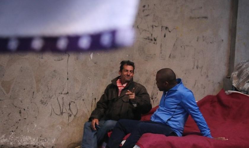Leandro, morador de rua, conversa com Eduardo após receber a marmita. (Foto: Joyce Heurich/G1)