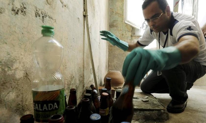 A entrada forçada em imóveis deve ser feita apenas por profissionais devidamente identificados. (Foto: Gabriel de Paiva/Agência O Globo)