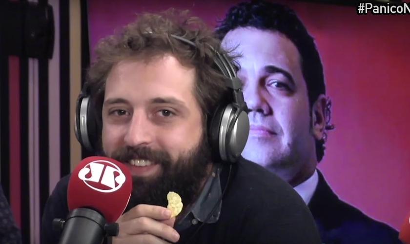 Duvivier respondeu às críticas do político utilizando argumentos sem embasamento e comendo biscoitos oferecidos a ele pelo programa. (Foto: Reprodução/YouTube)