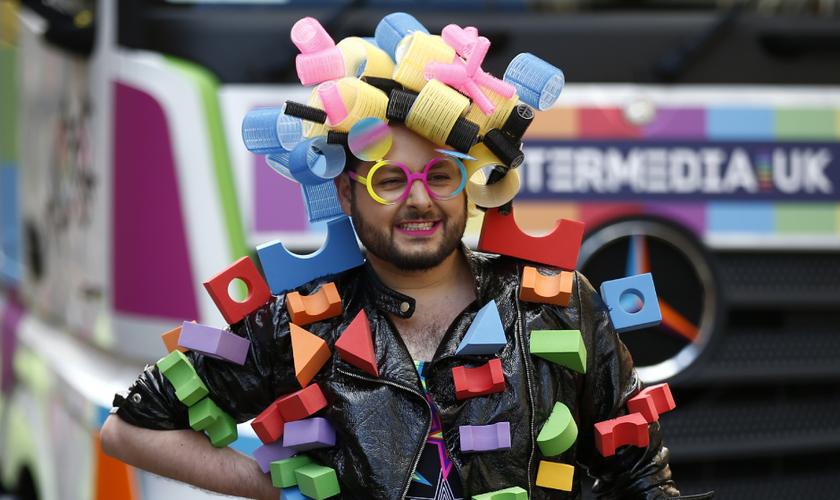 Homem participa da parada gay de Londres, em 25 de junho de 2016. (Foto: Reuters)