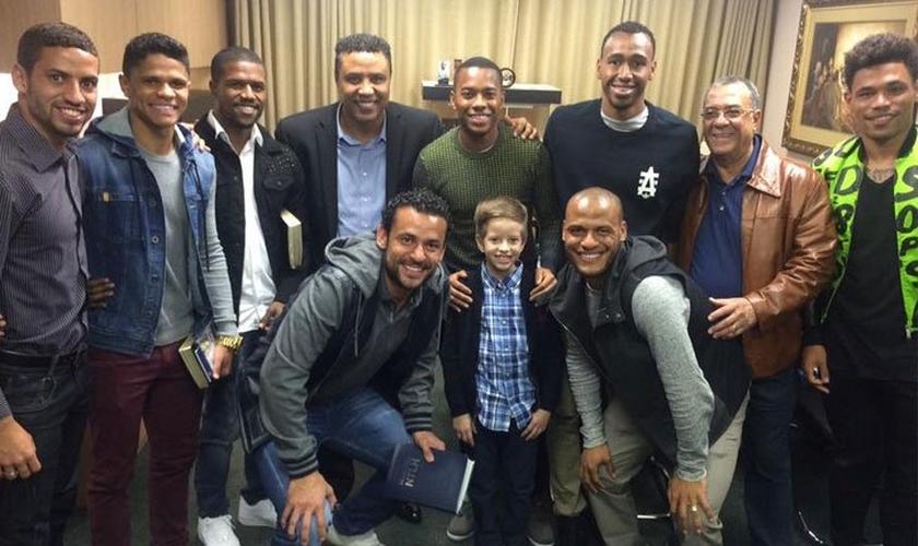 Um grupo formado por oito atletas aproveitou o tempo livre para, juntos, irem a um culto. (Foto: Reprodução/Facebook)