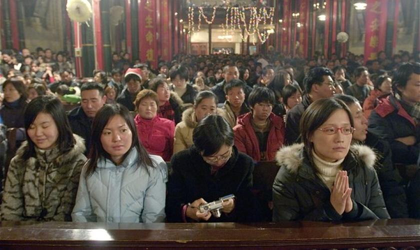 Cristãos têm sofrido cada vez com a repressão por parte do Partido Comunista, que impõe regras abusivas às igrejas. (Foto: Alamy)