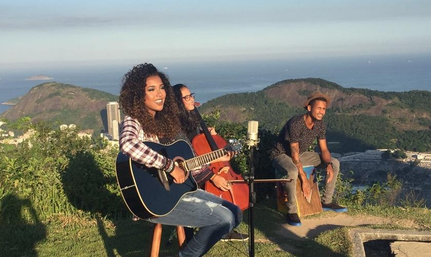 Além de cantar e tocar violão, Gabriela Gomes contou com a participação dos músicos Fernanda Fernandes (chello) e Thimoteo Dom (cajon). (Foto: Divulgação).
