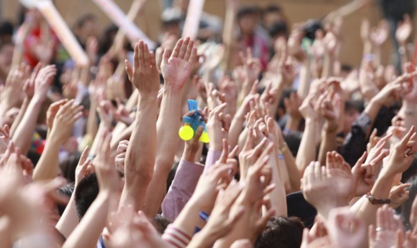 Na primeira sessão da conferência, mais de 70% das mais de mil pessoas, entregaram suas vidas a Jesus. (Foto: Reprodução).