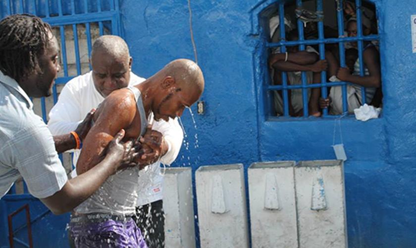 Os detentos recém-batizados se sentiram abençoados pelo fato de terem Jesus Cristo para lhes mostrar o caminho. (Foto: Reprodução).
