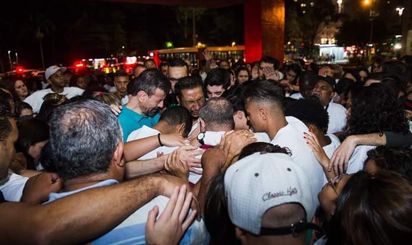 Manifestantes se unem em oração pelo pastor Daniel Viana, marido da vítima. (Foto: Reprodução/Facebook)