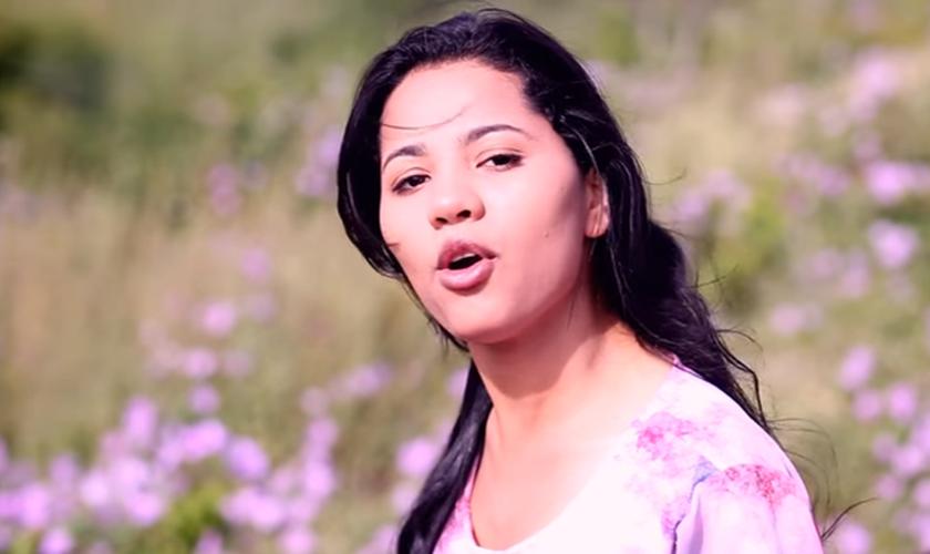 A cantora de 24 anos que se casou em 2015 montada em um jumento, hoje se encontra grávida de cinco meses. (Foto: Reprodução/YouTube).