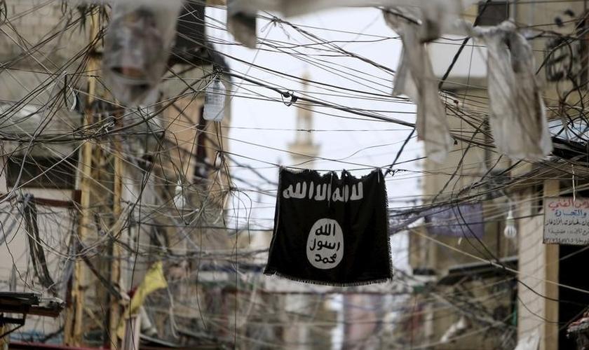 Bandeira do Estado Islâmico pendurada em um campo de refugiados palestinos, no sul do Líbano. (Foto: Reuters/Ali Hashisho)