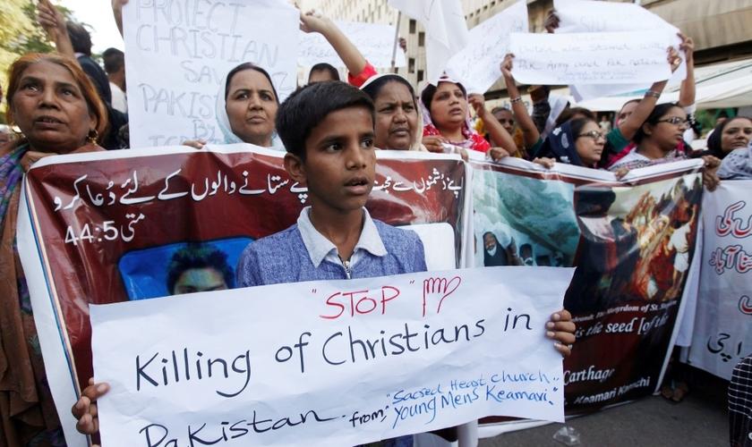 Cristãos protestam contra a perseguição religiosa no Paquistão. (Foto: Reuters)