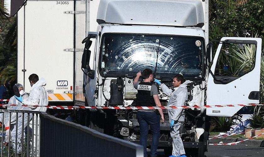 Um funcionário do governo local disse que armas e granadas foram encontradas no interior do caminhão de 25 toneladas. (Foto: Daily Mail)