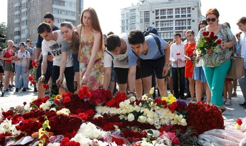 Pessoas prestam homenagens às vítimas do ataque terrorista em Nice, França. (Foto: IrishTimes)