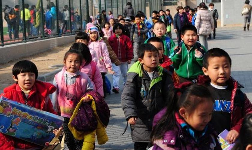 A legislação chinesa proíbe que menores de 18 anos recebam qualquer educação religiosa. (Foto: LiveMint)