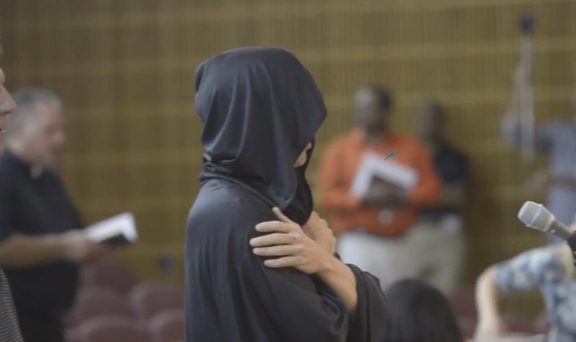 As tentativas do satanista de realizar a invocação, vestido com um manto preto, foram repetidamente interrompidas por um grupo de cristãos. (Foto: Reprodução)