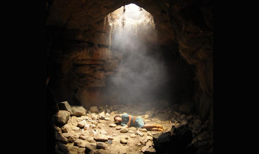 José com cerca de 17 anos foi parar literalmente no fundo do poço. Ciúmes e inveja colocaram ele ali. (Foto: Record)