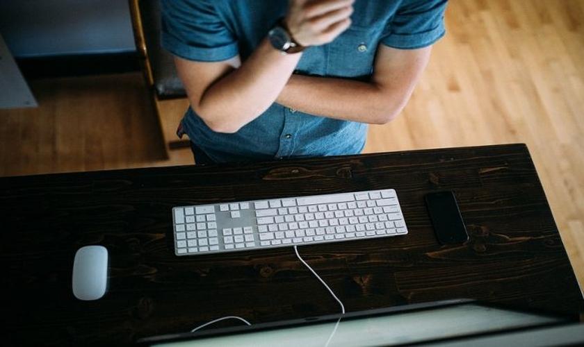Jovens que frequentam igrejas têm menos chances de consumir pornografia. (Foto: Pixabay)
