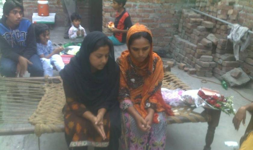 Mehwish Masih deixou a escola muito nova porque sua família não podia mais arcar com os custos. (Foto: Reprodução).