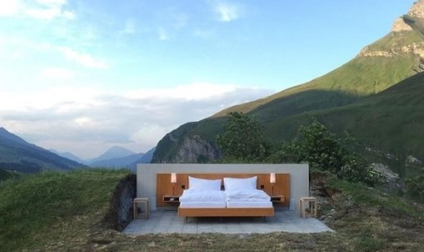 A acomodação não possui teto nem paredes, apenas uma confortável cama de casal, criados-mudos e abajures. (Foto: Divulgação/Null Stern)