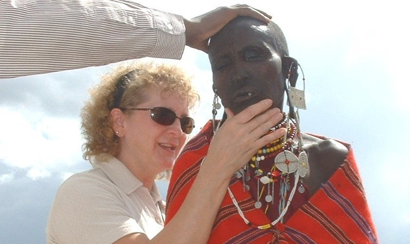 Evangelista Becky Dvorak orando por homem em Maasai, Tanzânia. (Foto: Becky Dvorak)