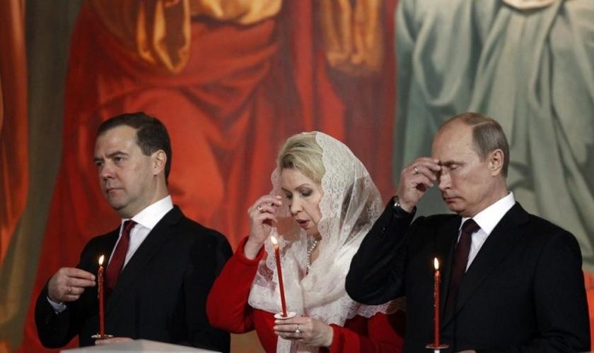 Presidente russo, Vladimir Putin (direita), primeiro-ministro Dmitry Medvedev (esquerda) e sua esposa Svetlana (centro) participam de uma missa de Páscoa da Igreja Ortodoxa, realizada pelo Patriarcado de Moscou, em maio de 2013. (Foto: Reuters)