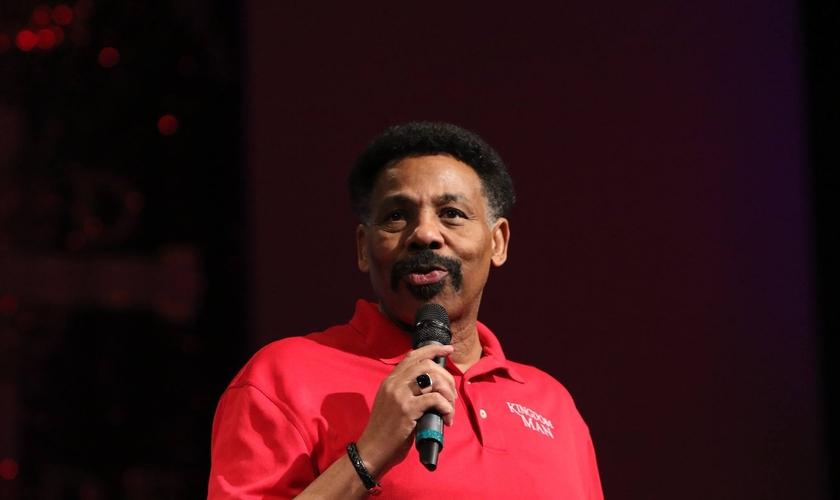 Pastor Tony Evans lidera a Igreja Bíblica, com 10 mil membros, em Oak Cliff, uma região predominantemente povoada por negros, em Dallas, Texas. (Foto: Bible Church)