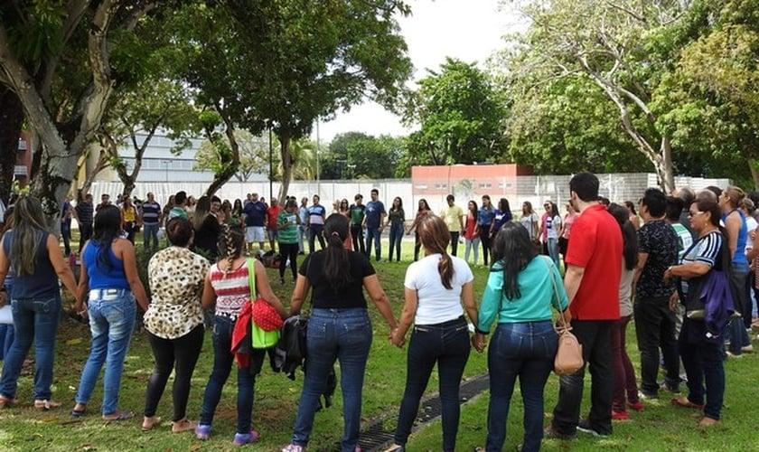 Grupo improvisado se reuniu em frente ao local da prova em Manaus (Foto: Ísis Capistrano/G1)