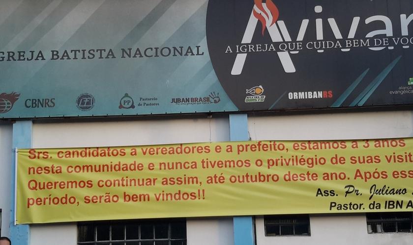 Faixa colocada em frente à Igreja Batista Nacional Avivar dá o recado para políticos às vésperas da campanha eleitoral. (Foto: Divulgação)