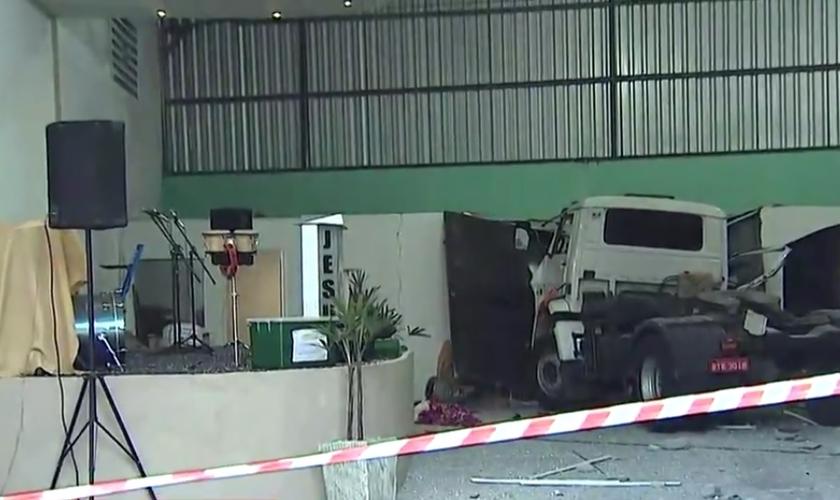 Segundo o Corpo de Bombeiros, o acidente ocorreu por volta das 3h30, na avenida João Miacci, região do Parque Interlagos. (Imagem: TV Vanguarda)