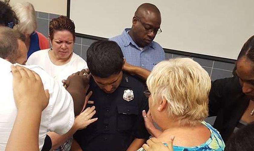 Policial de Houston, Edwin Rubio, recebe oração por intercessores da cidade. (Foto: Reprodução)
