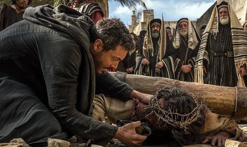 Cena mostra o protagonista Judah Ben-Hur oferecendo água à Jesus. (Foto: Divulgação)
