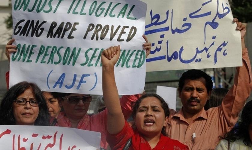 Paquistaneses protestam contra a negligência da justiça diante dos casos de estupro. (Foto: english.alarabiya)
