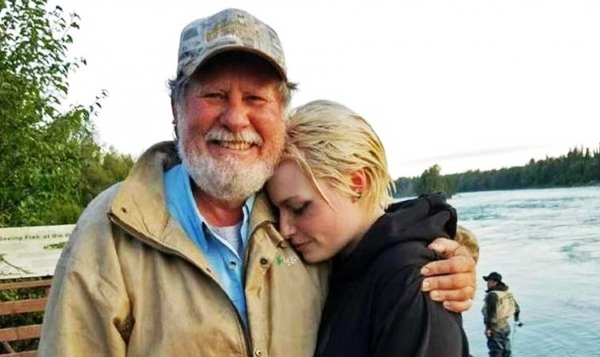 Pastor Andy Foor ao lado da moça que ele conseguiu salvar de um afogamento no Alasca. (Foto: Arquivo pessoal)