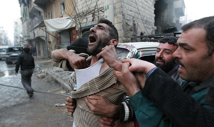 Homem chora ao saber da morte de seus dois filhos, em Alleppo, Síria. (Foto: Reuters)